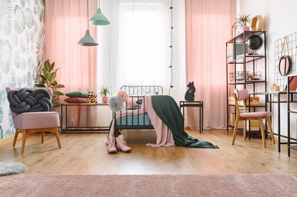 quarto com objetos com tons rosados