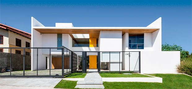 00-casa-em-brasilia-com-fachada-de-vidro-valoriza-o-concreto