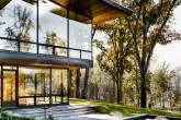 00-casa-de-campo-contemporanea-tem-paredes-feitas-de-paineis-de-vidro