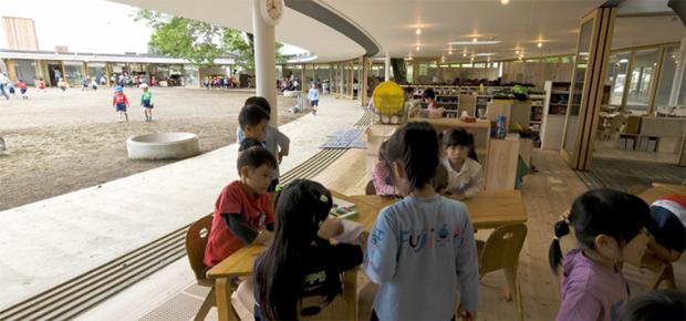 00-escola-sem-teto-e-construida-em-volta-de-arvore-no-japao
