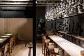 00-cafe-bar-com-decoracao-dramatica-lama-arquitetura