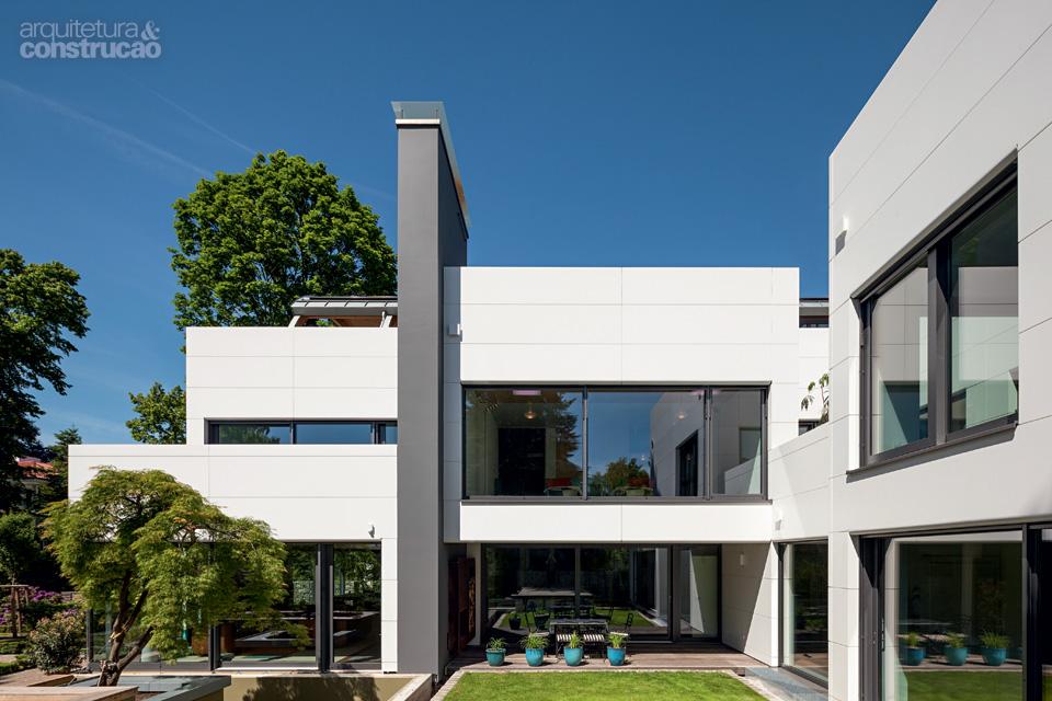 01-casa-alema-tem-fachada-branca-que-nao-acumula-sujeira