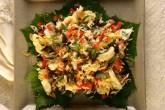 A salada do chef João Belezia é feita com lascas de bacalhau, massa tipo r...
