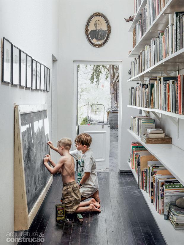 01-corredor-que-da-para-o-jardim-se-transforma-em-biblioteca