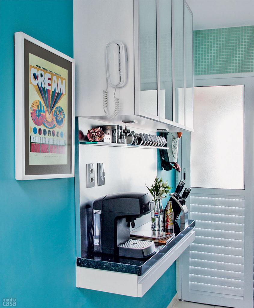01-cozinha-em-estilo-corredor-tem-paredes-azuis