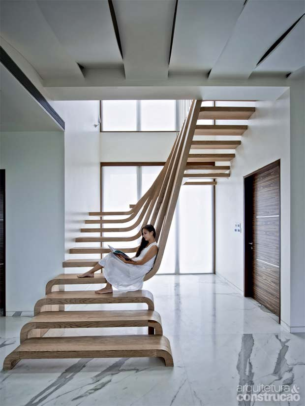 01-escadas-viram-piso-mobiliario-instalacao-de-arte