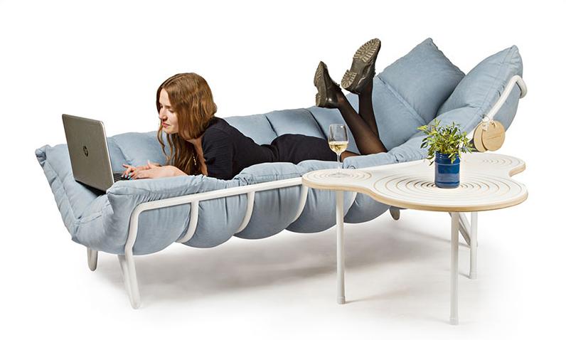 01-este-sofa-foi-desenhado-para-abracar-as-pessoas