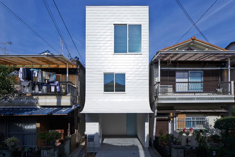 01-fachada-de-casa-no-japao-se-dobra-e-parece-estar-descascando