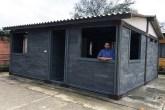 01-linkout-exame-empreendedor-constroi-casas-lixo-conceptos-plasticos