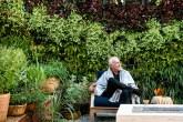 01-area-de-estar-tem-ate-lareira-no-jardim