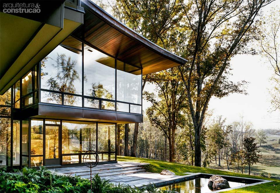 01-casa-de-campo-contemporanea-tem-paredes-feitas-de-paineis-de-vidro