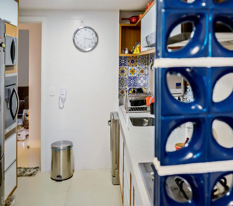 02-cozinha-mistura-cobogos-trenstone-e-azulejos-estampados