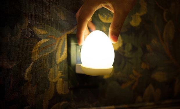 02-esta-luminaria-sem-fio-tem-formato-de-ovo-e-e-uma-graca