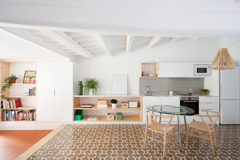 02-estantes-e-cortinas-substituem-paredes-divisorias-neste-apartamento