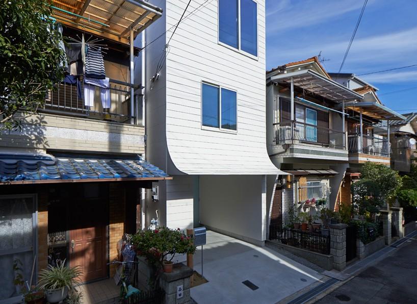 02-fachada-de-casa-no-japao-se-dobra-e-parece-estar-descascando
