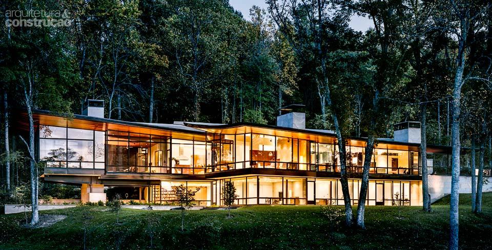 02-casa-de-campo-contemporanea-tem-paredes-feitas-de-paineis-de-vidro