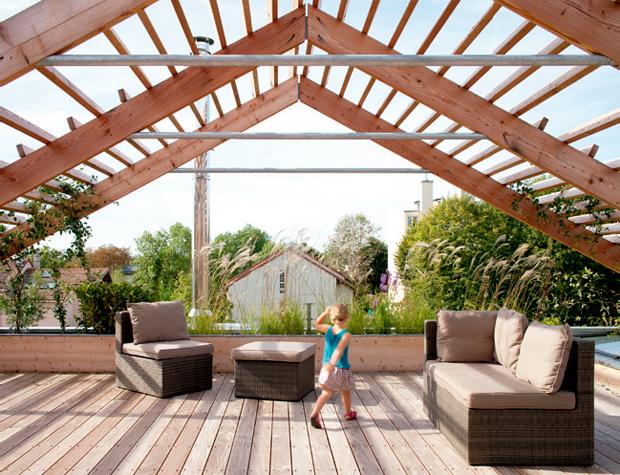 02-casa-sustentavel-de-madeira-e-montada-em-apenas-duas-semanas
