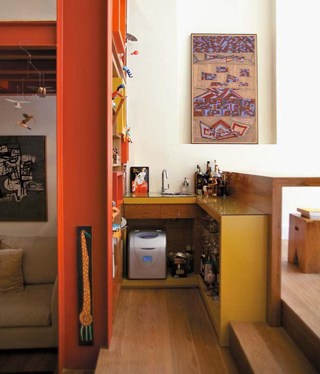 03-A-estante-entre-o-home-theater-e-o-estar-estrutura-se-com-base-numa-viga-metálica-Ao-lado-dela,-montou-se-um-bar-(André-Nazareth)