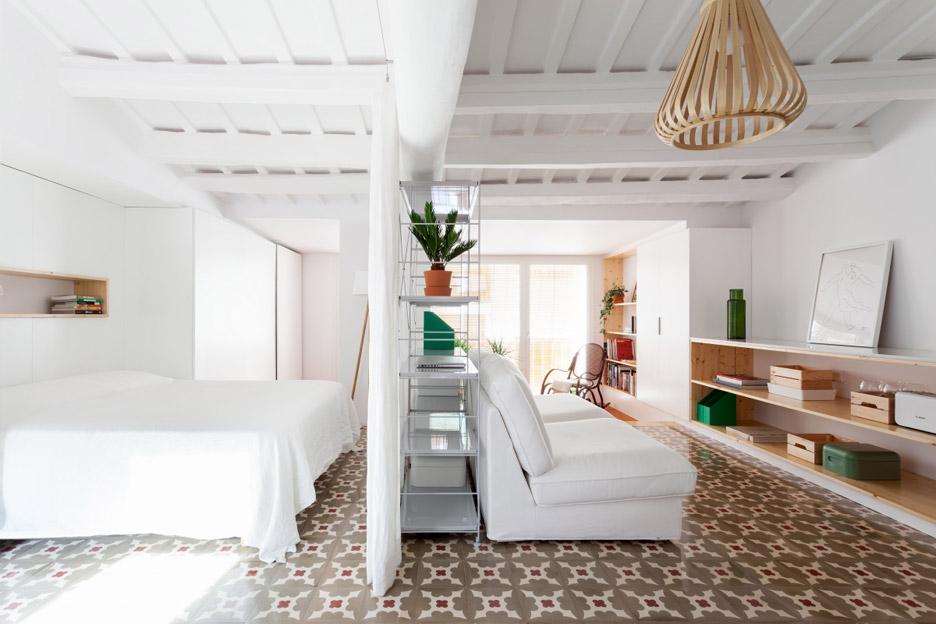 03-estantes-e-cortinas-substituem-paredes-divisorias-neste-apartamento