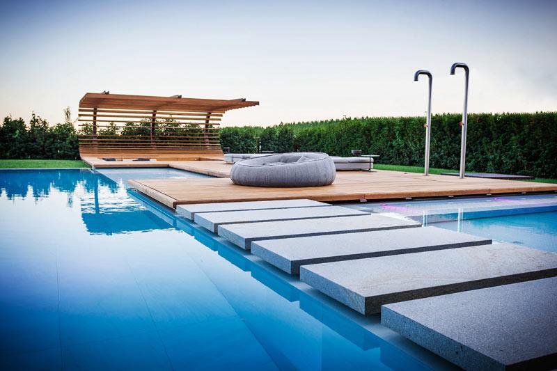 03-inspiracao-do-dia-piscina-com-estrutura-de-madeira-na-area-de-descanso