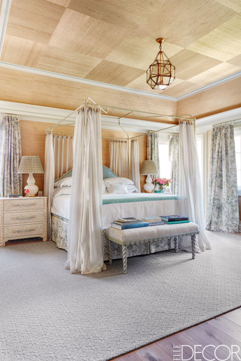 03-quarto-com-tapete-cinza-teo-e-paredes-revestidos-de-madeira-Thomas Loof