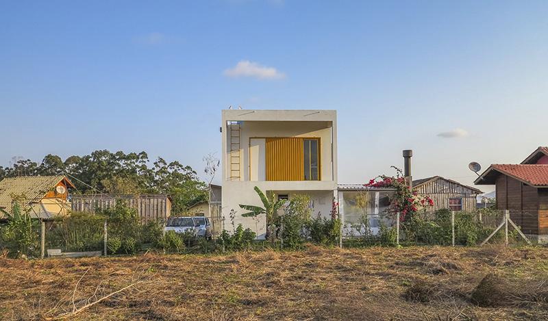 04-casa-em-florianopolis-tem-ambientes-descontraidos-e-cheios-de-cor