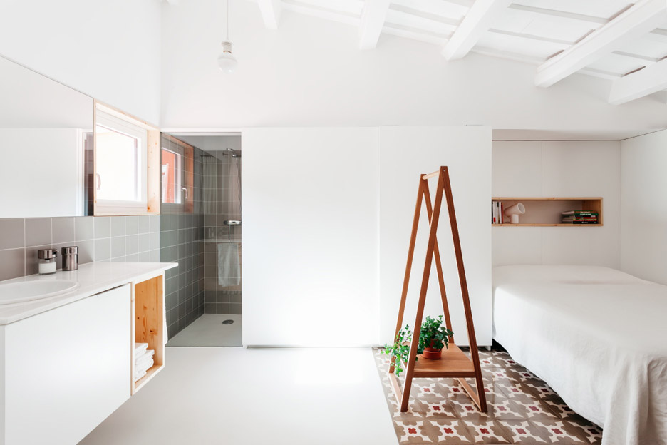 04-estantes-e-cortinas-substituem-paredes-divisorias-neste-apartamento