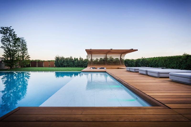 04-inspiracao-do-dia-piscina-com-estrutura-de-madeira-na-area-de-descanso