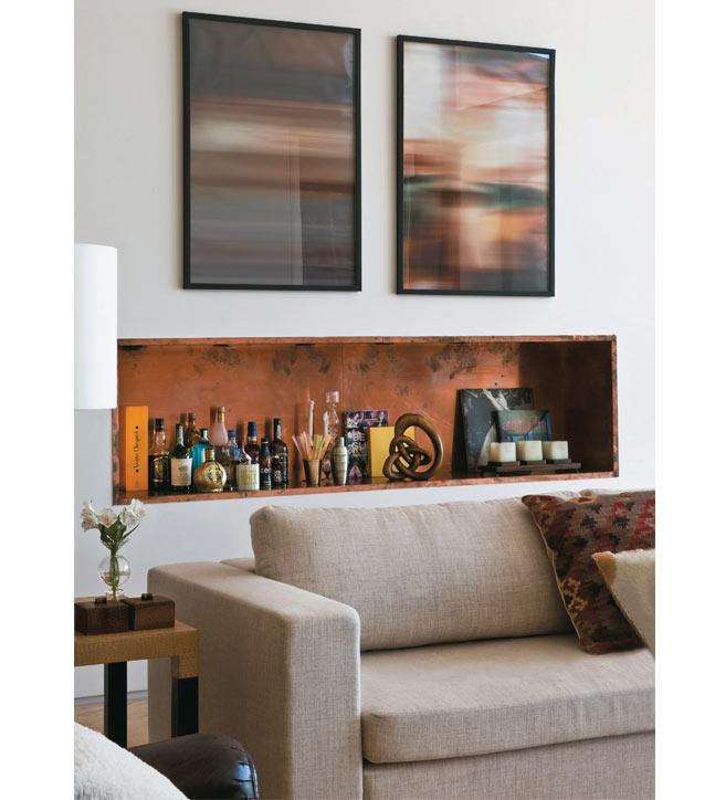 05-A-proposta-de-móveis-soltos,-sem-nenhuma-peça-encostada-nas-paredes,-levou-a-arquiteta-Deborah-Roig-a-abrir-um-nicho-na-alvenaria-para-instalar-o-bar-(Marcelo-Magnani)