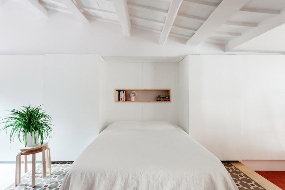 05-estantes-e-cortinas-substituem-paredes-divisorias-neste-apartamento