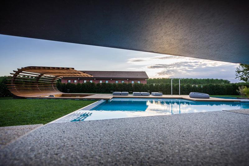 05-inspiracao-do-dia-piscina-com-estrutura-de-madeira-na-area-de-descanso