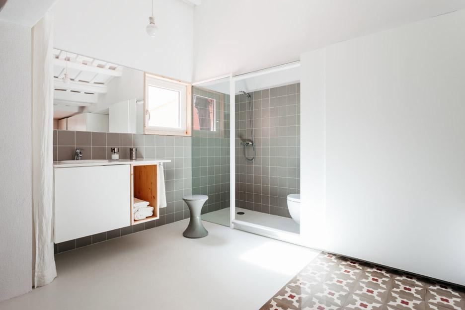 06-estantes-e-cortinas-substituem-paredes-divisorias-neste-apartamento