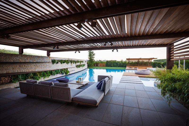 06-inspiracao-do-dia-piscina-com-estrutura-de-madeira-na-area-de-descanso