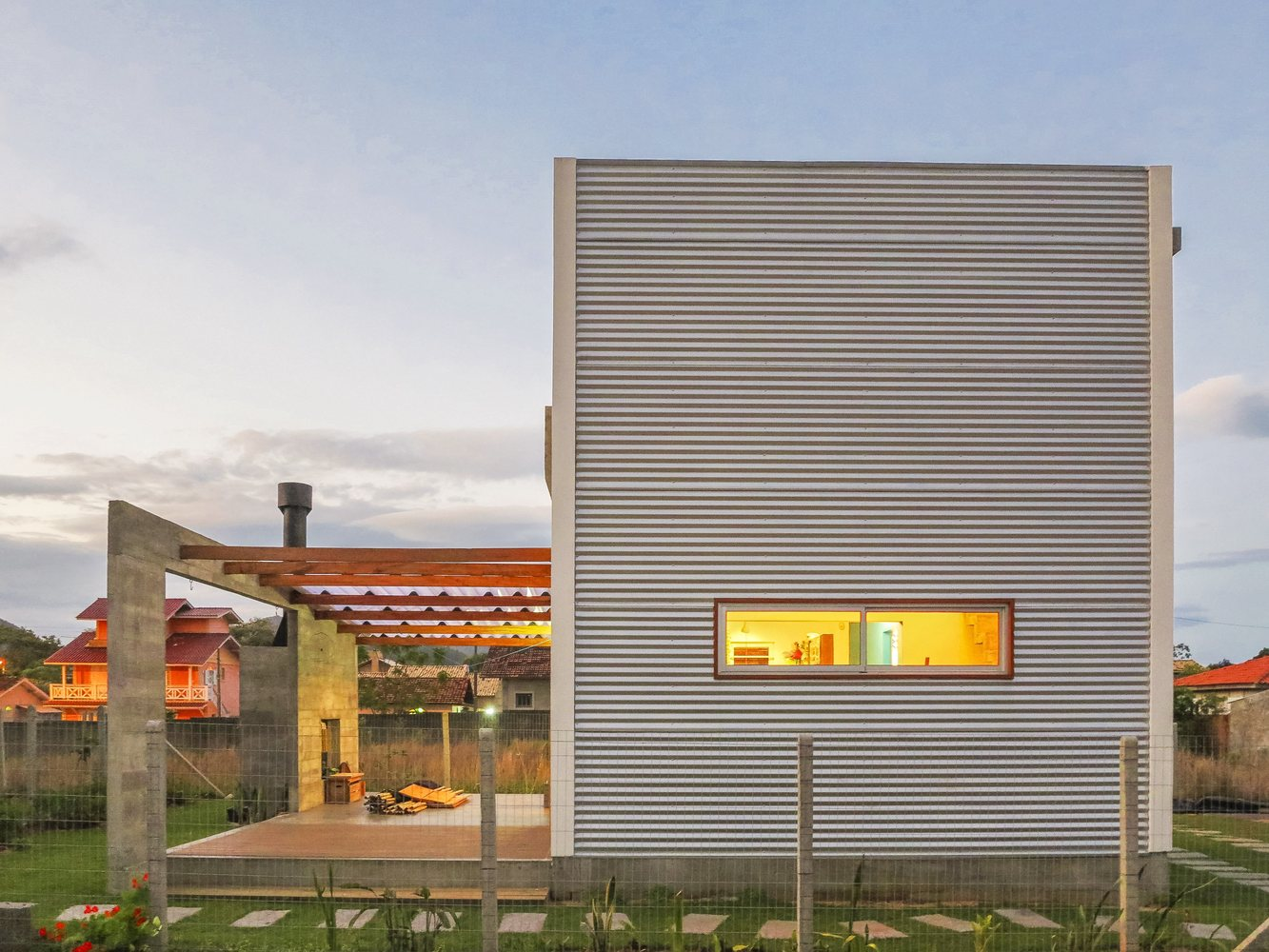 07-casa-em-florianopolis-tem-ambientes-descontraidos-e-cheios-de-cor