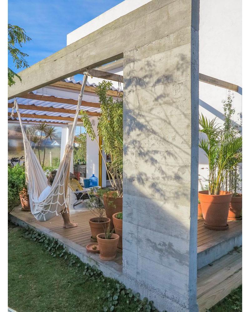 08-casa-em-florianopolis-tem-ambientes-descontraidos-e-cheios-de-cor