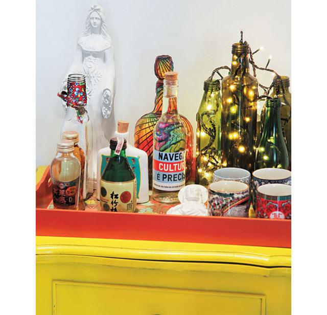12-Herdada-da-avó,-a-mesinha-ganhou-cor-amarelo-vivo-e-atua-como-aparador-na-entrada,-reunindo-em-uma-bandeja-bebidas,-bibelôs-e-luzes-pisca-pisca-(Divulgação)