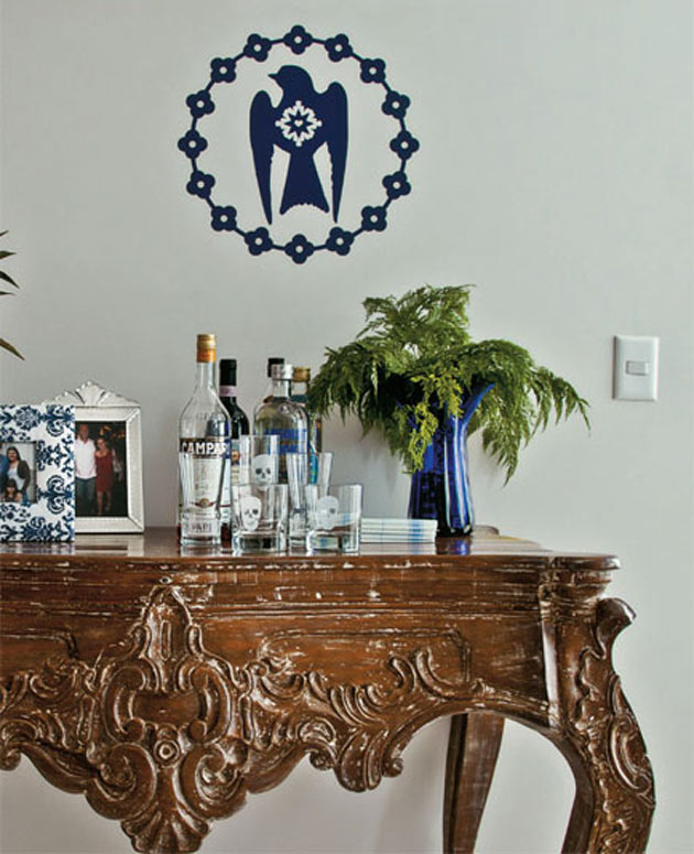 16-No-hall-de-entrada,-o-aparador-barroco-abriga-garrafas-no-projeto-de-Andréa-Murao-e-Milena-Aguiar-(Divulgação)