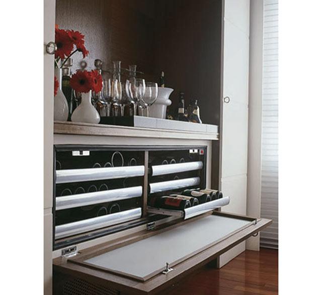 17-No-projeto-de-Márcia-Kalil,-o-bar-conta-com-uma-climatizadora-capaz-de-acomodar-40-garrafas-sobre-bandejas-deslizantes-(Divulgação)