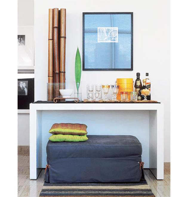 18-O-apoio-de-madeira-laqueada-faz-as-vezes-de-bar,-exibindo-parte-da-coleção-de-copos-da-arquiteta-Alessandra-Pinheiro-Ribeiro-(Renato-Corradi)