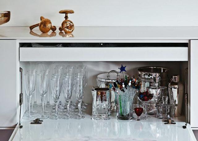19-O-bufê-de-40-cm-de-altura-aceita-as-taças-de-champanhe,-dispostas-junto-dos-acessórios-para-drinques-(Divulgação)