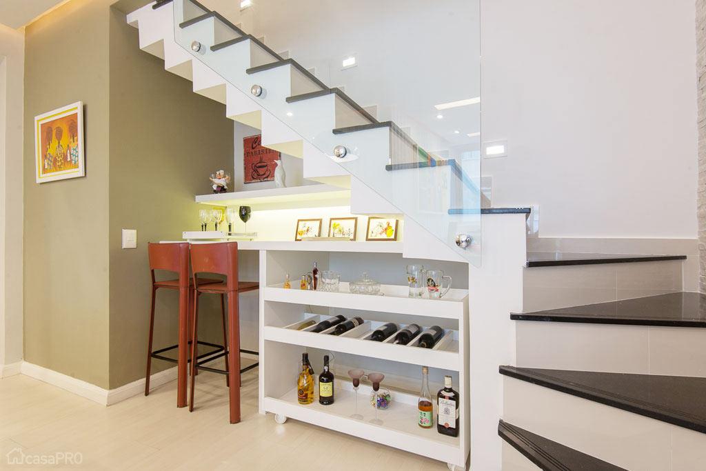 20-O-espaço-embaixo-da-escada-ganhou-um-bar-com-baquetas-no-projeto-de-Jorge-Augusto-(Reprodução-CasaPRO)