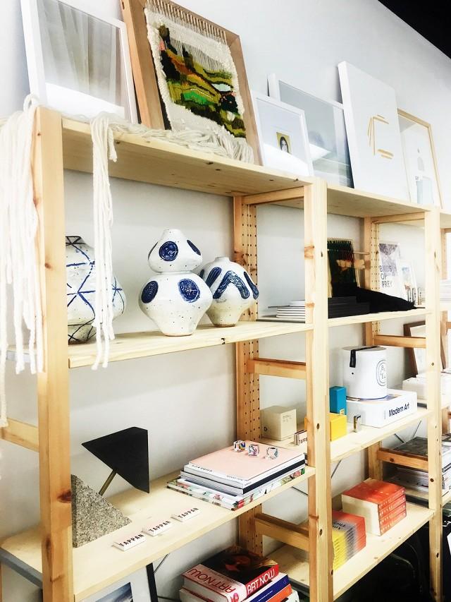 7-maneiras-criativas-de-colocar-quadros-em-um-espaco-pequeno
