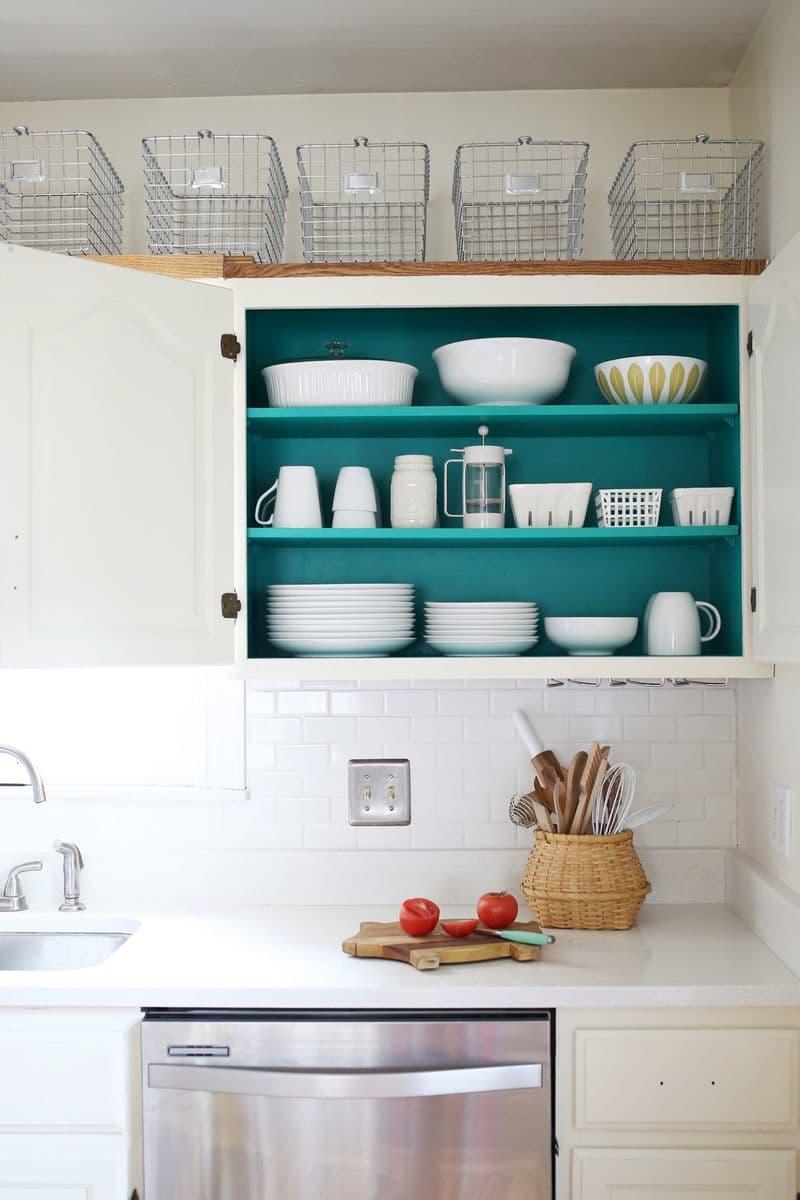 cozinha-branca-com-interior-do-armario-colorido