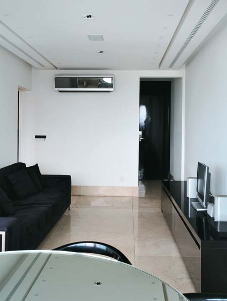 A marcenaria com revestimento preto garante o visual neutro. A porta da sala ...