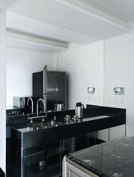 Na cozinha, armários espelhados (Jailton Albino) sem puxadores. Também não...