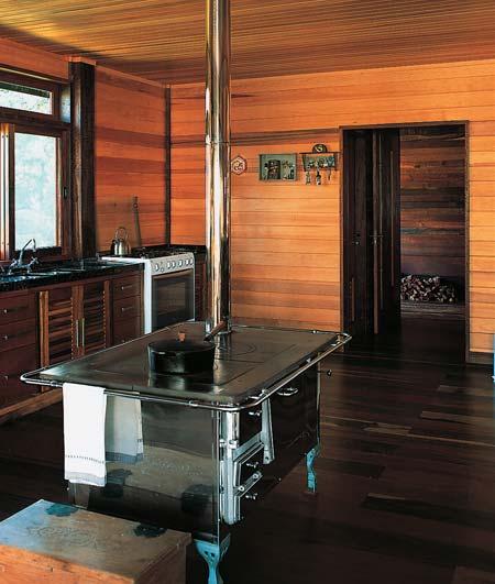 A cozinha integrada preserva a tradição das conversas ao lado do fogão a l...