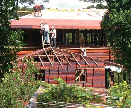 5 - Simultaneamente, os operários fechavam as quatro águas com telha...