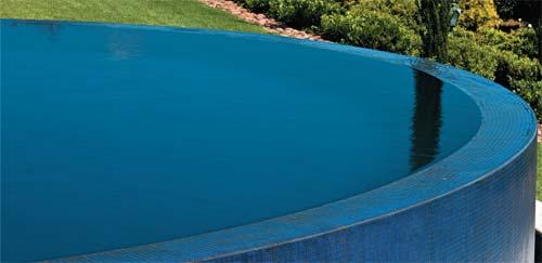 A borda infinita tem o canto plano para que a água transborde em forma de ca...