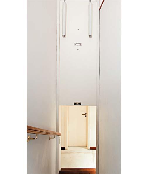 Para garantir mais proteção à família, uma porta tipo guilhotina de MDF (...
