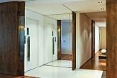 Portas de correr de nogueira substituem as paredes que antes confinavam o ele...